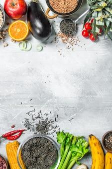 Cibo organico. un sano assortimento di frutta e verdura con legumi su un tavolo rustico.