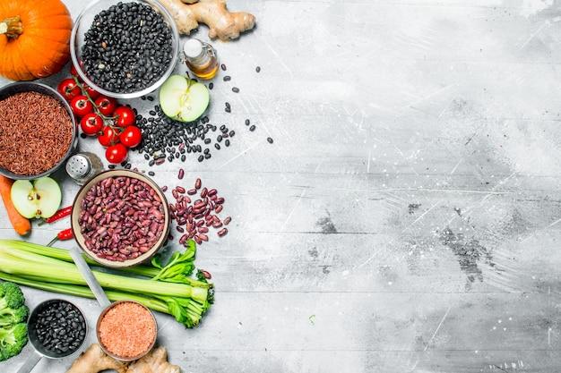 Cibo organico. un sano assortimento di frutta e verdura con legumi. su un rustico.