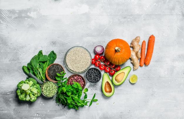 Cibo organico. verdure sane e frutta con legumi su un tavolo rustico.