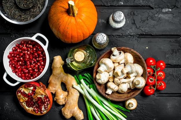 Cibo organico. verdure sane e funghi con cereali di fagioli sul tavolo rustico scuro.