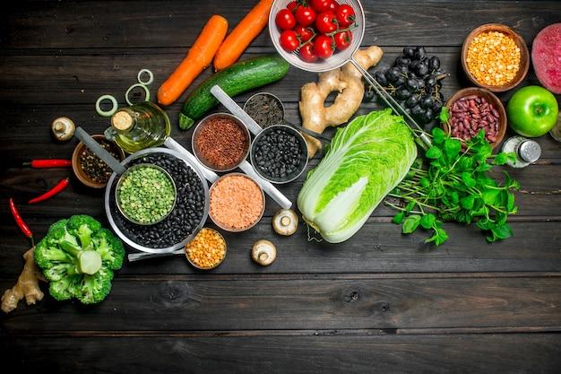 Cibo organico. varietà di frutta e verdura sana con legumi.