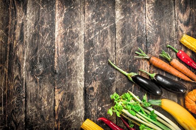 Cibo organico. una varietà di frutta e verdura su un tavolo di legno.
