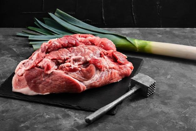 Collo di maiale di carne fresca biologica, foto di filetto di carne per un negozio con consegna di prodotti naturali