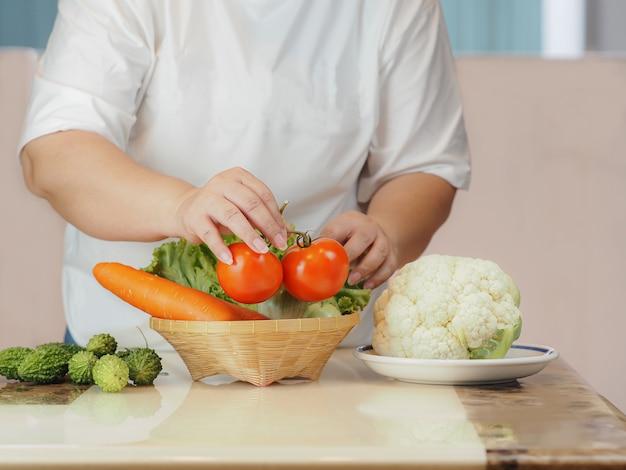 Verdure fresche biologiche per mantenere la salute dopo l'epidemia del virus corona, concetto sano