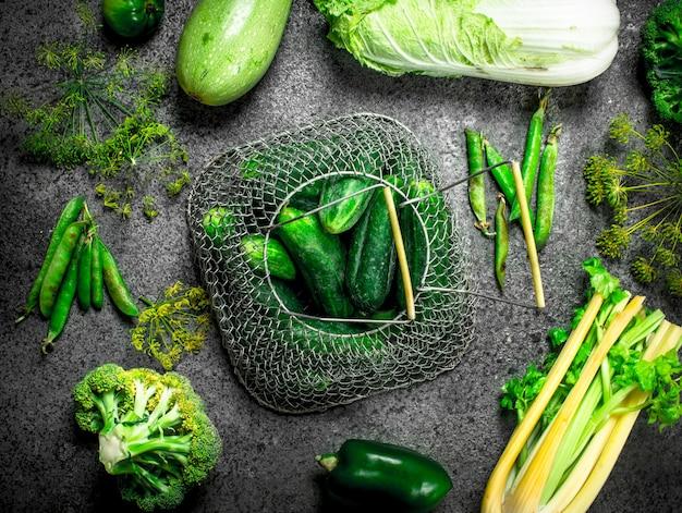 Cibo verde biologico. verdure fresche ed erbe aromatiche.