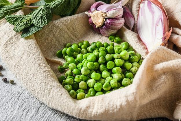 Piselli biologici per mushypeas e ingredienti piselli menta scalogno pepe e sale