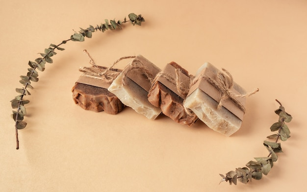 Barre di sapone fatte a mano organiche sul fondo polveroso di colore