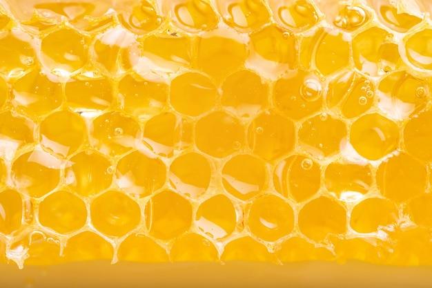 Favo biologico pieno di miele. tessitura esagonale, riprese macro