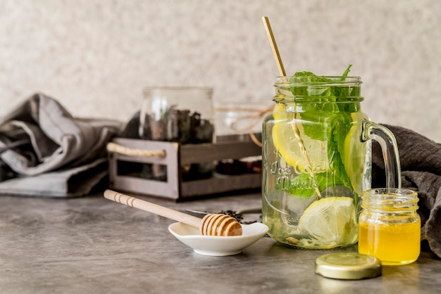 Tè di ghiaccio organico con miele sulla tavola