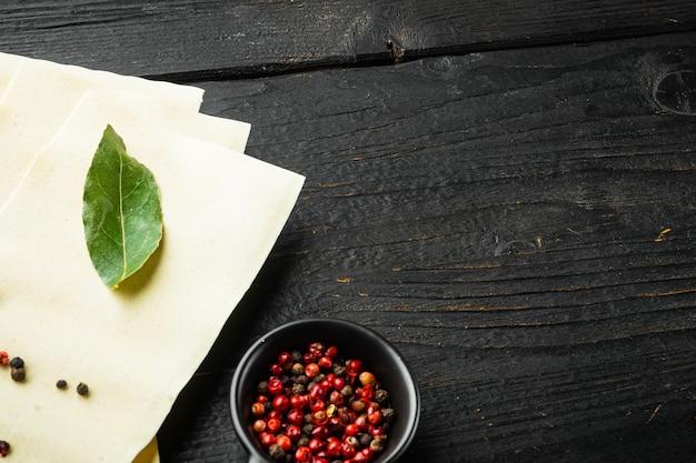 Sfoglie di lasagne biologiche condite con erbe aromatiche