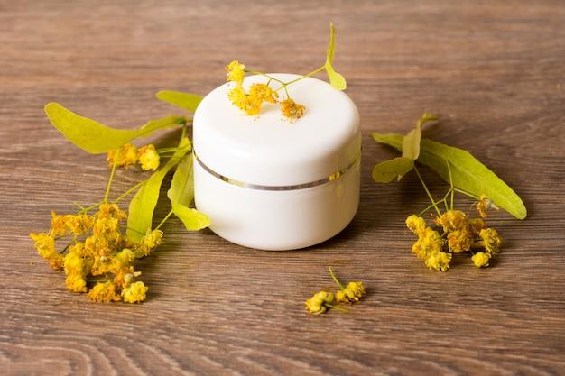 Vasetto cosmetico in crema cosmetica al tiglio biologico