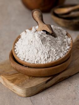 Maca biologica in polvere lepidium meyenii. tavola di legno