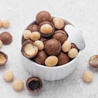 Noci di macadamia organiche all'interno di rotoli di cioccolato