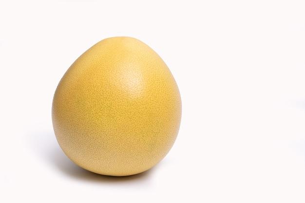 Il graipefruit pummelo biologico isolato