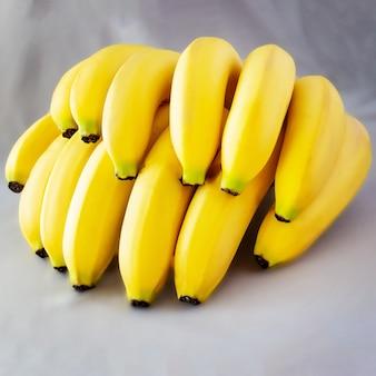 Spazio grigio crudo giallo organico della banana