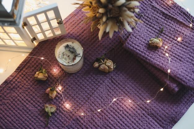 Candela di soia profumata biologica in vetro sul tavolo