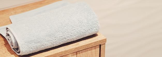 Asciugamano da bagno biologico e sostenibile in un bagno ecologico, decorazioni per la casa e un concetto di interior design di lusso
