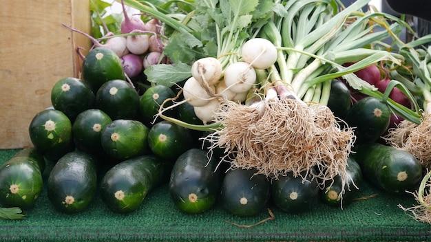 Verdure biologiche al bancone, prodotti freschi locali verdure crude nostrane sulla bancarella del mercato