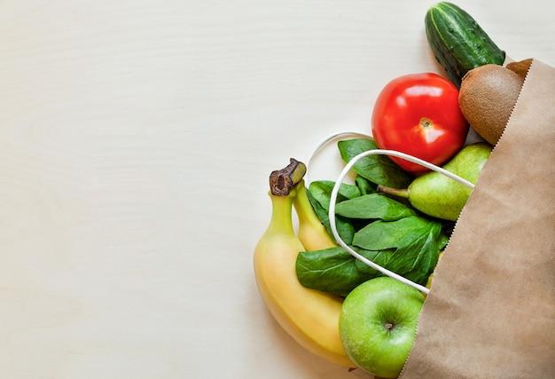 Frutta e verdura biologica in borsa artigianale, concetto di consegna di cibo a casa.