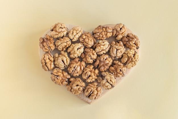 Le noci biologiche hanno la forma di un cuore