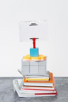 Blocco note con pila organizzata, quaderni a pacchetto, documenti ordinati in pila, materiali per scrivere con una disposizione piacevole, spazio di lavoro pulito, collezioni aziendali accademiche per ufficio