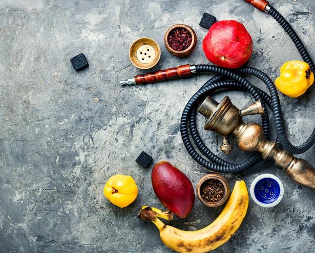 Narghilè con fumo di frutta orientale.