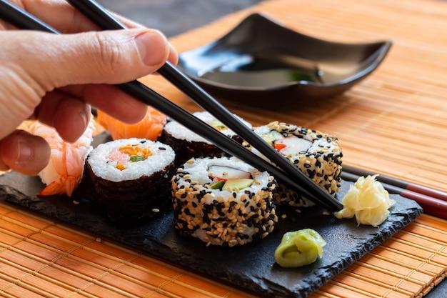 Cibo giapponese orientale a base di sushi, maki, nigiri, unagi, wasabi, riso e pesce fresco