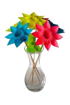 Fiori di origami in vaso di vetro isolato su bianco.