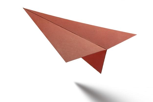 Aeroplano di carta di origami su bianco