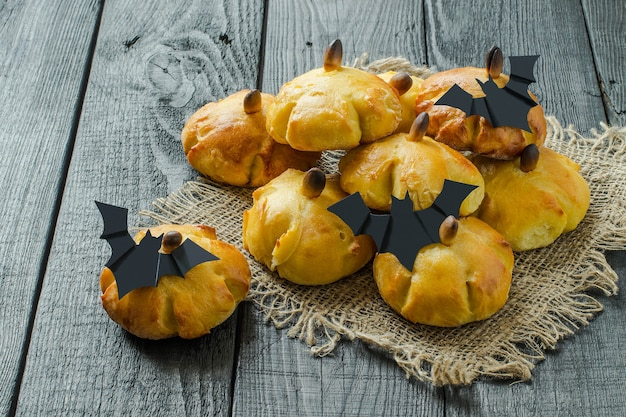 Cottura originale a forma di zucca e pipistrelli di carta per la festa di halloween