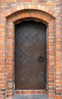 Una porta di metallo medievale originale