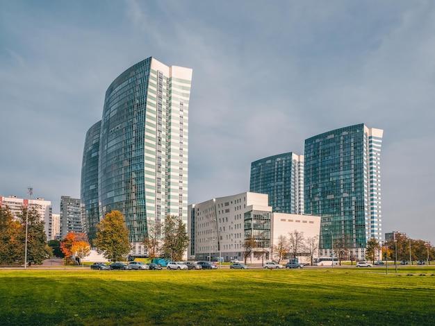 Originali edifici a più piani moderni nel nord di mosca. moderna architettura residenziale a molti piani. russia.