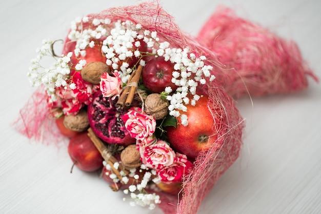 L'originale insolito bouquet commestibile di frutta e verdura