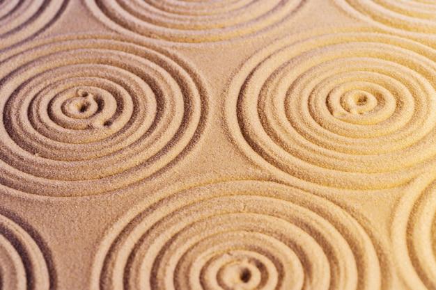 Ornamenti sulla sabbia nel giardino zen giapponese,