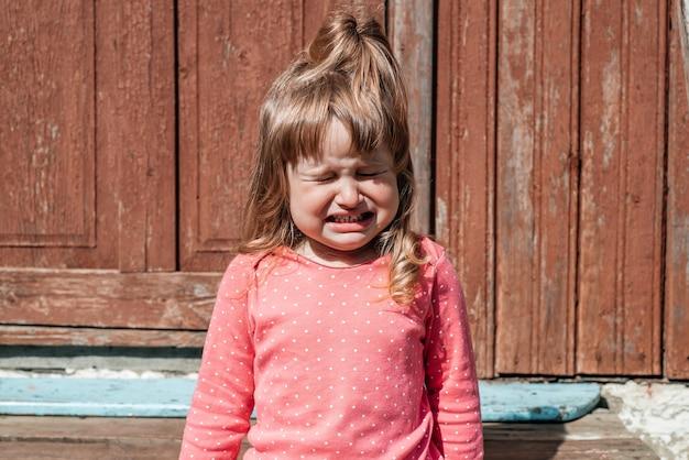 Il bambino orfano dei senzatetto piange per le rovine. terrorismo, guerra.