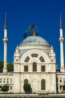 Moschea ortakoy sul bosforo ad istanbul in turchia. questa moschea di architettura rinascimentale barocca