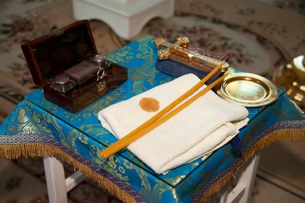 Candele della chiesa ortodossa, croce, icona, libro di preghiere, bibbia