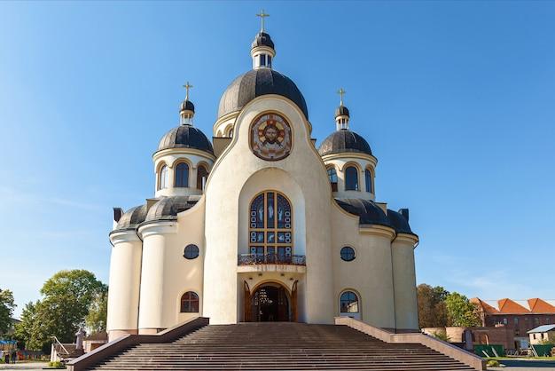 Primo piano della chiesa ortodossa contro il cielo. chiesa ortodossa.