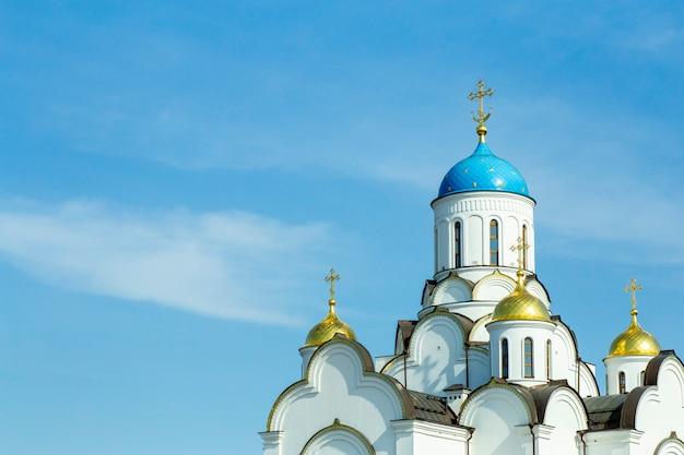 Chiesa ortodossa in russia contro il cielo blu. cristianesimo russo e ortodossia in architettura e cultura