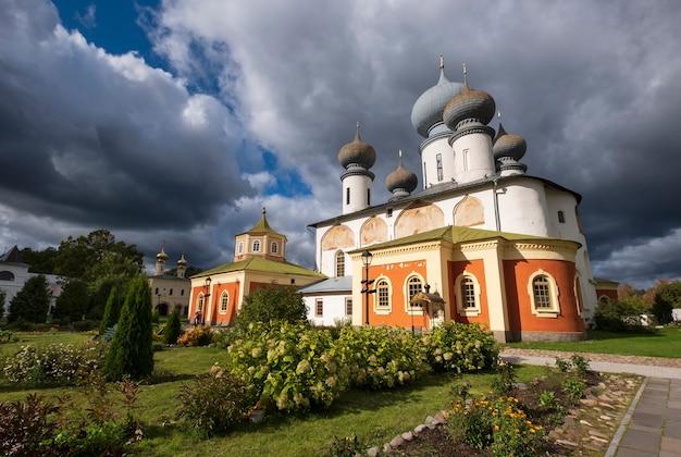 Chiesa ortodossa e cielo tempestoso nel monastero maschio di tikhvin bogorodichny uspensky