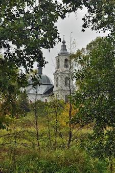 Chiesa ortodossa nella foresta estiva