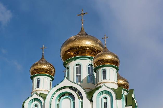 Chiesa ortodossa con cupole dorate in giornata di sole autunnale, chiesa di tutti i santi a carpaty