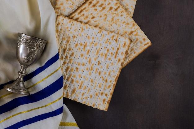 Ebreo ortodosso preparato con tazza di vino kosher matzah durante la tradizionale festa di pasqua ebraica di pesach