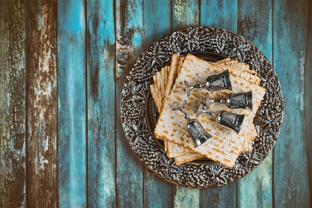 Ebreo ortodosso preparato con quattro tazze di vino kosher matzah durante la tradizionale festa della pasqua ebraica