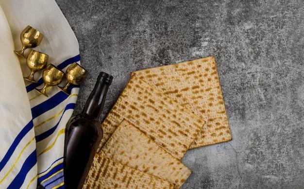 Ebreo ortodosso preparato con quattro tazze di vino kosher matzah durante la tradizionale festa della pasqua ebraica di pesach