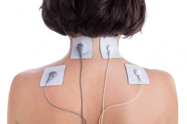 Elettrostimolatore per trattamento ortopedico. elettrodi della ragazza nel collo.
