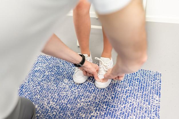 Soletta ortopedica. l'ortopedico lavora con il paziente. ambulatorio ortopedico. scelta delle solette in una clinica ortopedica. l'ortopedico offre la soletta al paziente cura del piede