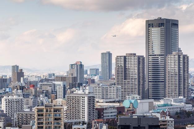 Osaka, giappone - 21 febbraio 2014: paesaggio urbano di osaka con la montagna sullo sfondo girato dal castello di osaka.