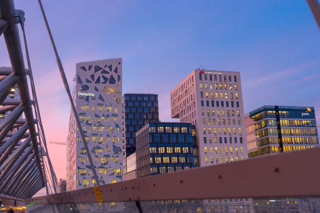 Oslo, norvegia - 6 gennaio 2017: vista notturna della strada illuminata nel centro degli affari di oslo. architettura moderna in norvegia