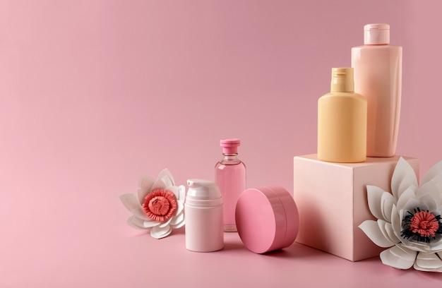 Prodotti per la cura della pelle di tubi per cosmetici su piedistallo geometrico per il branding. flaconi vuoti senza marchio. concetto di bellezza e spa.